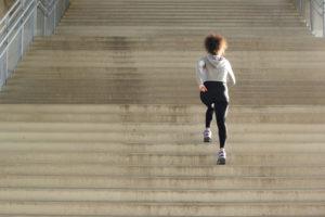 階段は降りる時の方が筋肉に効く