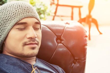 睡眠時間をとっている男性